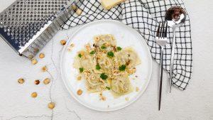 Ravioli met mortadella, truffel en ricotta met een beurre noisette en hazelnoten